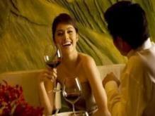 老婆总是和朋友在一起喝酒,我很不放心怎么办