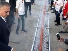 震惊!有人用长达60米的烤羊肉串作为结婚礼物
