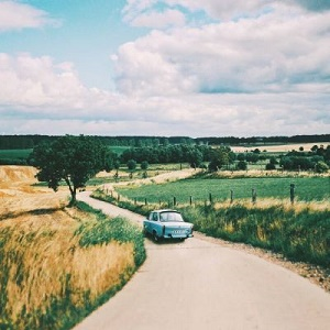 小车行驶在乡间小道风景头像