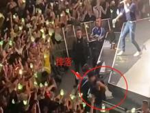 王嘉尔踩空摔下舞台 艺人其实也种有危险职业